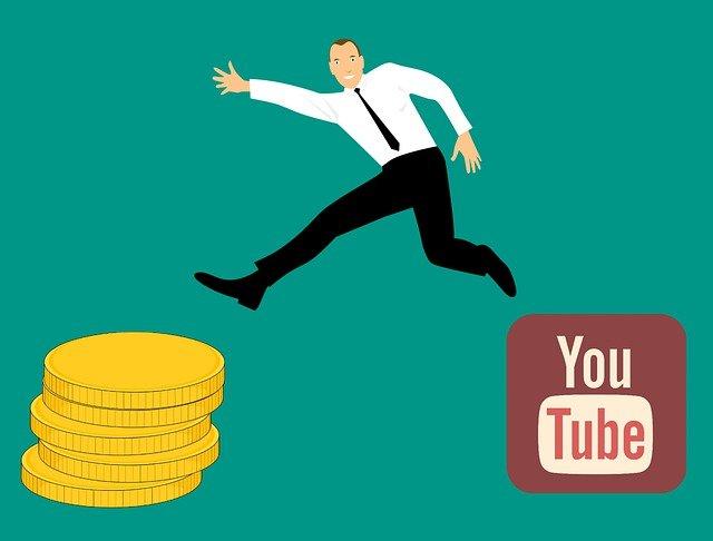 Služba YouTube pozastavuje reklamy na kanáli kontroverzného Tommyho Robinsona