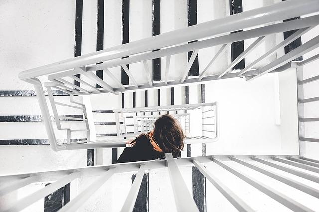 žena na schodišti