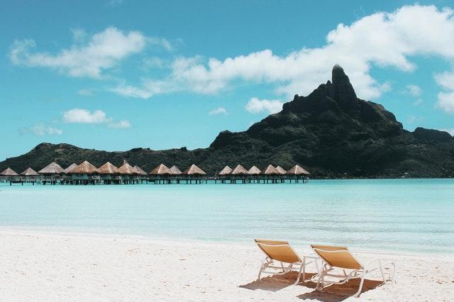 krásna pláž s ležadlami