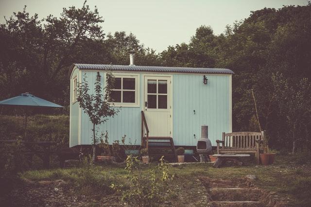 Modrý mobilný dom na záhrade