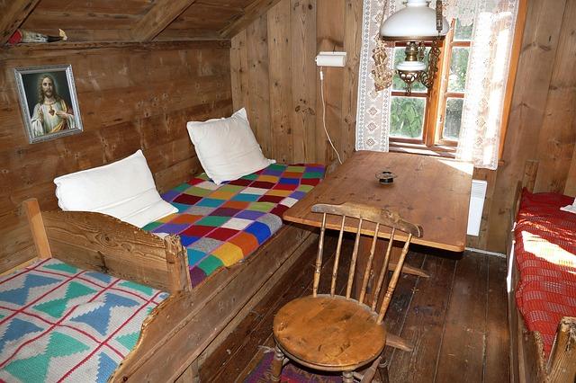 Interiér chatky s dreveným obkladom