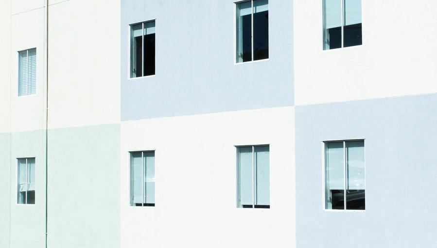 okná na bielej budove