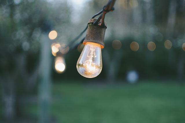 Rozžeravená žiarovka v exteriéri.jpg