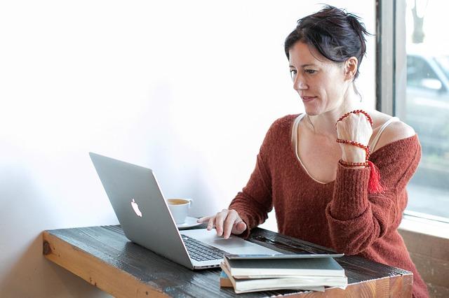 Žena pozerá do notebooku, Macbook.jpg