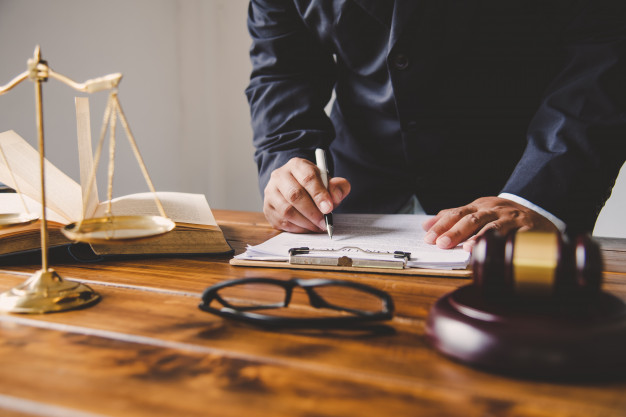judge-signing-documents_11304-1512