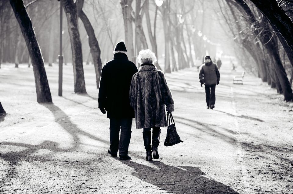 starší pár, prechádzka
